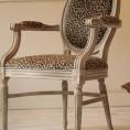 Francuski Fotel Ludwik XVI z XX wieku w wersji Design po Renowacji. Tapicerka - naturalna skóra z nadrukiem, rama ręcznie malowana