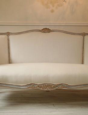 Francuska Sofa Ludwik XV - Ludwikowski Antyk po Całkowitej Renowacji. Artystycznie malowana rama dekoracyjna w kolorze szaroniebieskim, bieli z elementami złoconymi