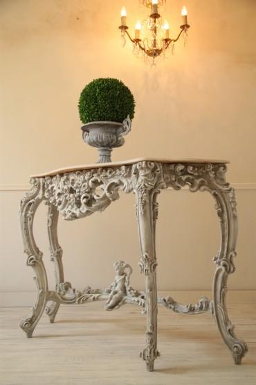 Stylowa Francuska Konsola Rococo z XX wieku - Duża, Dekoracyjna, z marmurowym blatem w pięknym kształcie - blat pęknięty do wymiany. Artystycznie malowana w kolorze szarobiałym z patyną wymiary: 86 x 126 x 39cm